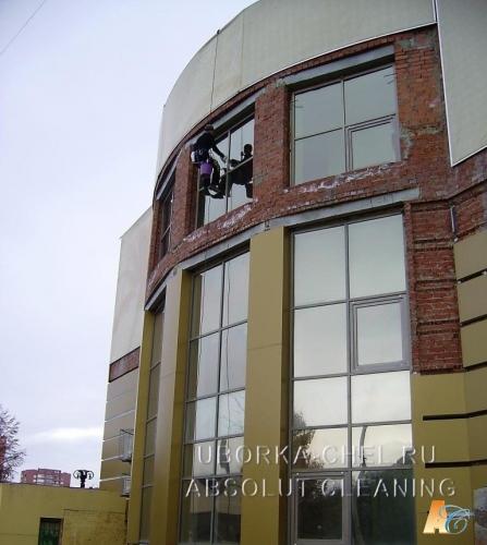 Мытье окон с наружи здания методом промышленного альпинизма