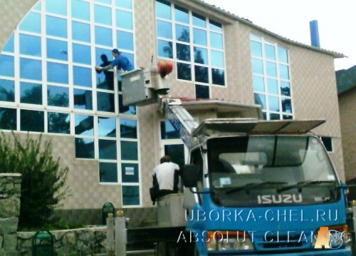 Мытье окон с наружи здания с помщь авто-гидро-подъемника